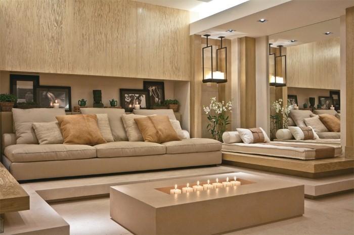 aménager son salon, table avec des bougies allumées, canapé taupe, plantes vertes