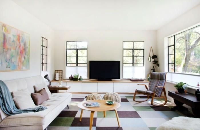feng shui facile, tapis carré, murs blancs, grandes fenêtres, peinture multicolore, poufs