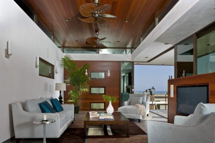decoration zen, plafond en bois foncé, table en verre, murs blancs, fauteuils blancs
