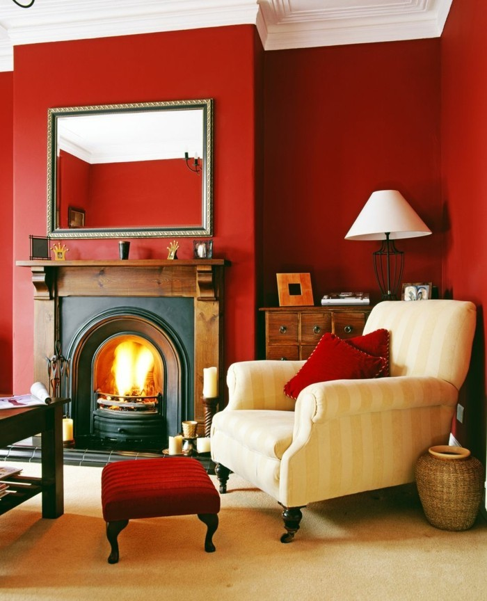 déco zen, murs rouges, plafond blanc, fauteuil beige, manteau de cheminée en bois