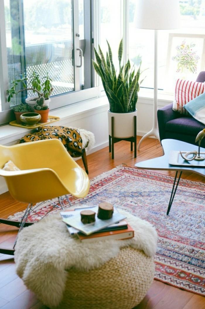 maison feng shui, tapis ethnique, pouf, plantes tropicales, grande fenêtre, fauteuil violette