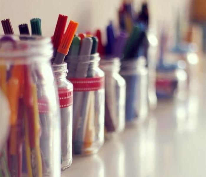 feutres-et-crayons-rangés-dans-des-pots-en-verre-idée-que-faire-avec-des-pots-en-verre-simples