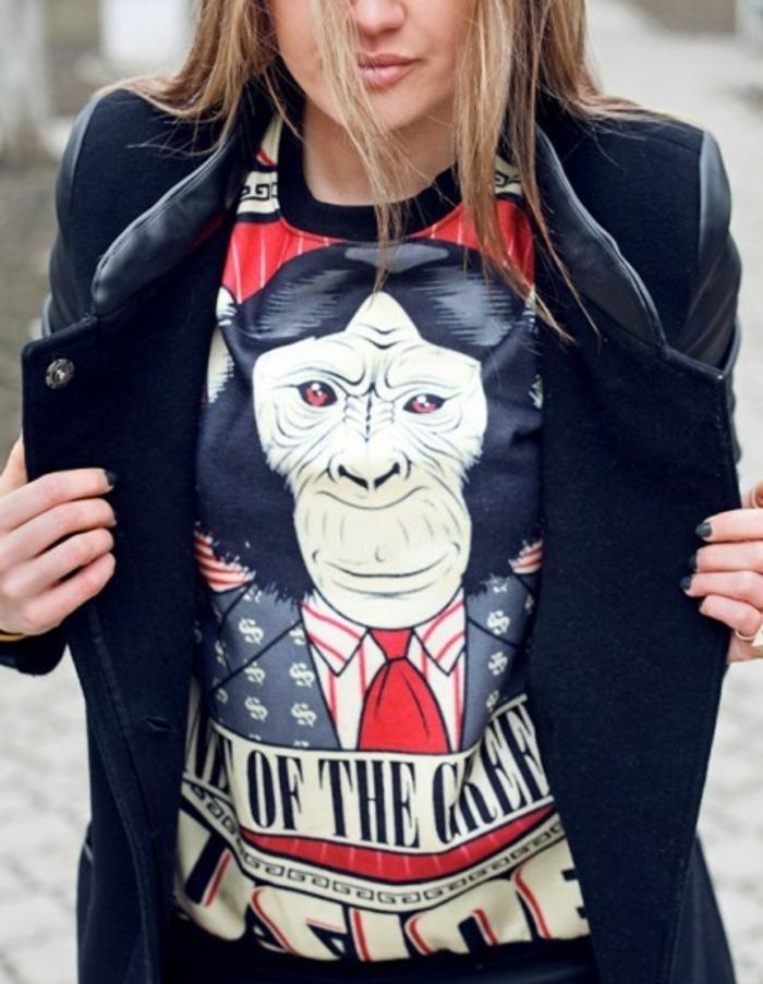 habille swag, t-shirt en décoration singe, veste en cuir noire