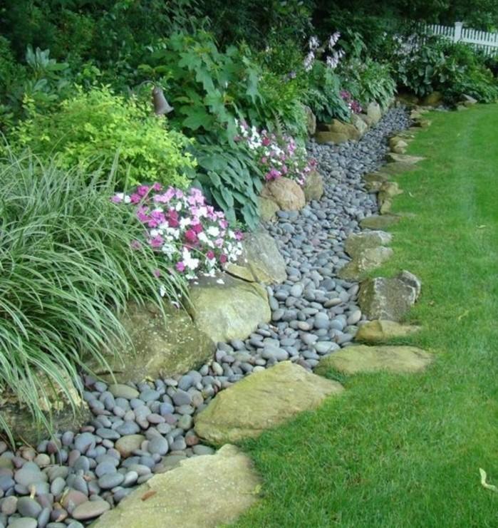 fleur-de-rocaille-multicolore-des-galets-et-pierres-aux-abords-d-une-pelouse-verte-idée-amenagement-jardin