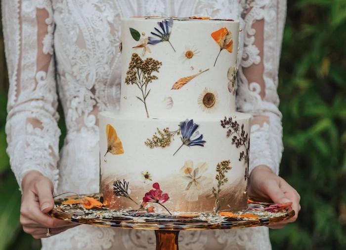 fleurs pressées comestibles pour decorer un gateau de mariage original en blanc et base marron