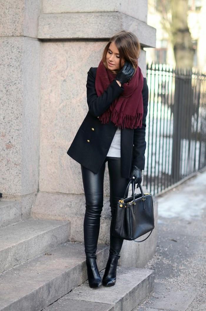 foulard-bordeaux-pantalon-cuir-parka-sac-à-mains-élégant