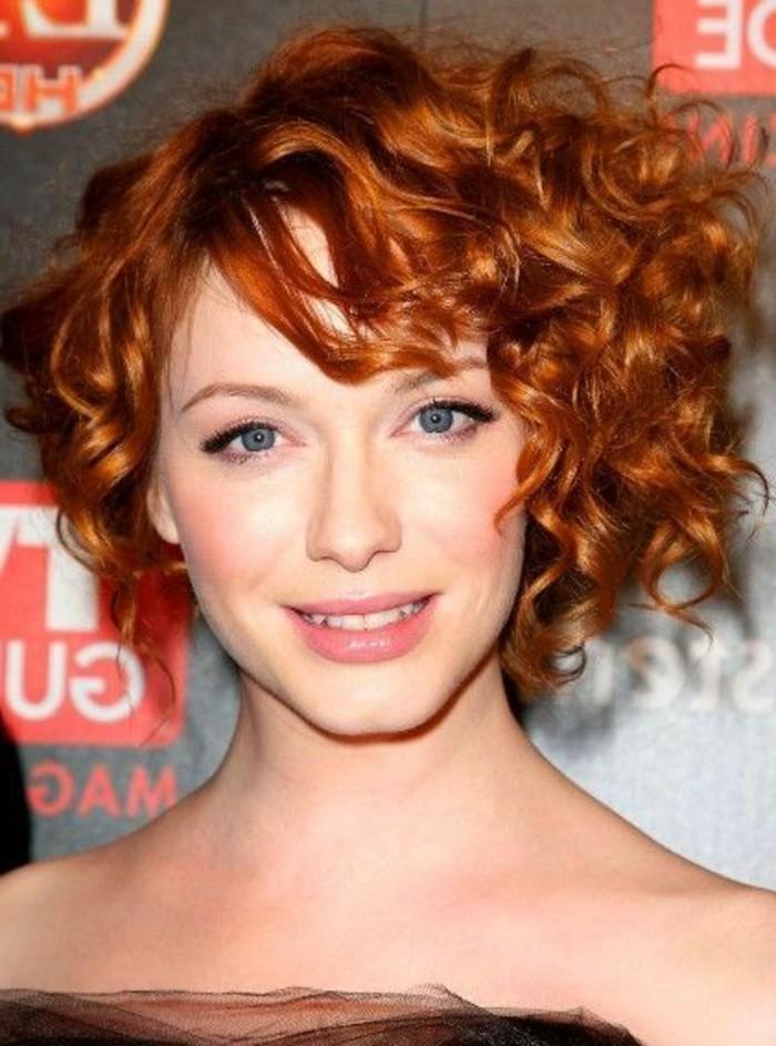 frange asymétrique, cheveux roux bouclés et yeux bleus