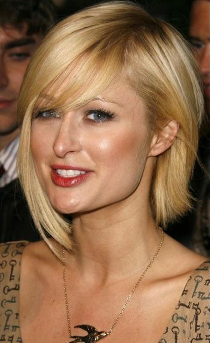 frange asymétrique, coiffure moderne effilée sur cheveux blonds