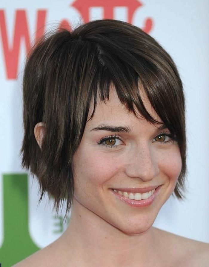 frange asymétrique, coiffure attirante trendy et belle