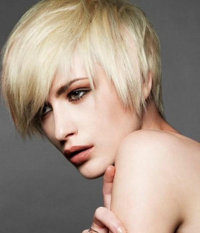 frange déstructurée, cheveux blonds coupés courts