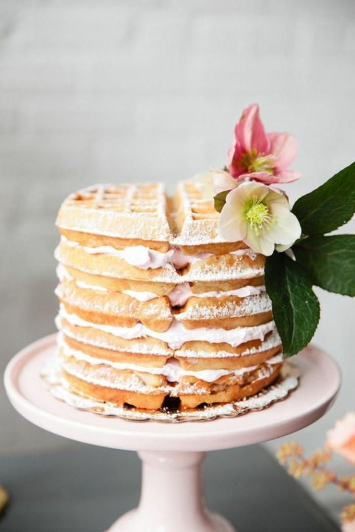 un gâteau de mariage pas comme les autres, recette pour gaufre originale, un gâteaux aux gaufres et à la crème fouettée