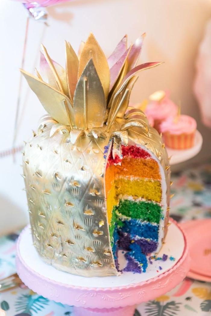 gateau arc en ciel de genoises de couleurs variées et nappage gateau couleur or, gateau ananas original