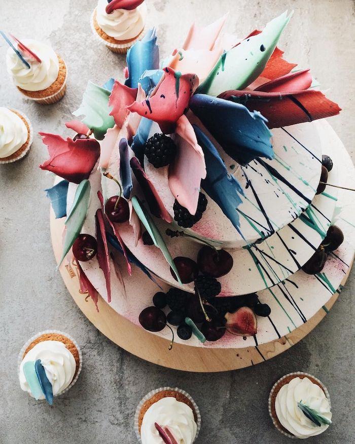 art abstrait pour decorer gateau original avec des plaques de sucre colorées style abstrait et deco de cerises