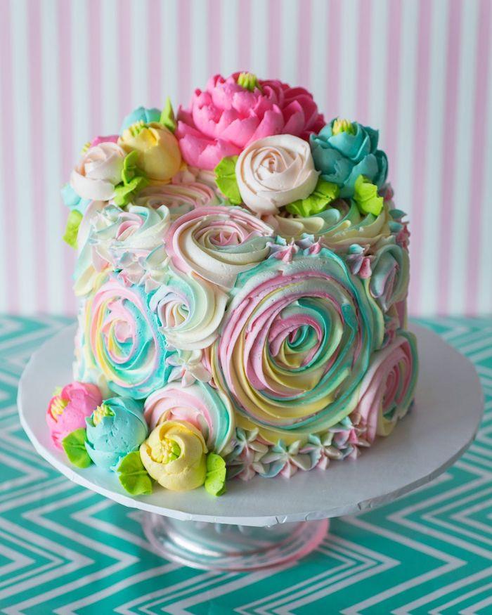 creme au beurre coloré de colorants alimentaires de couleurs variés pour creer motif fleuri sur gateau original