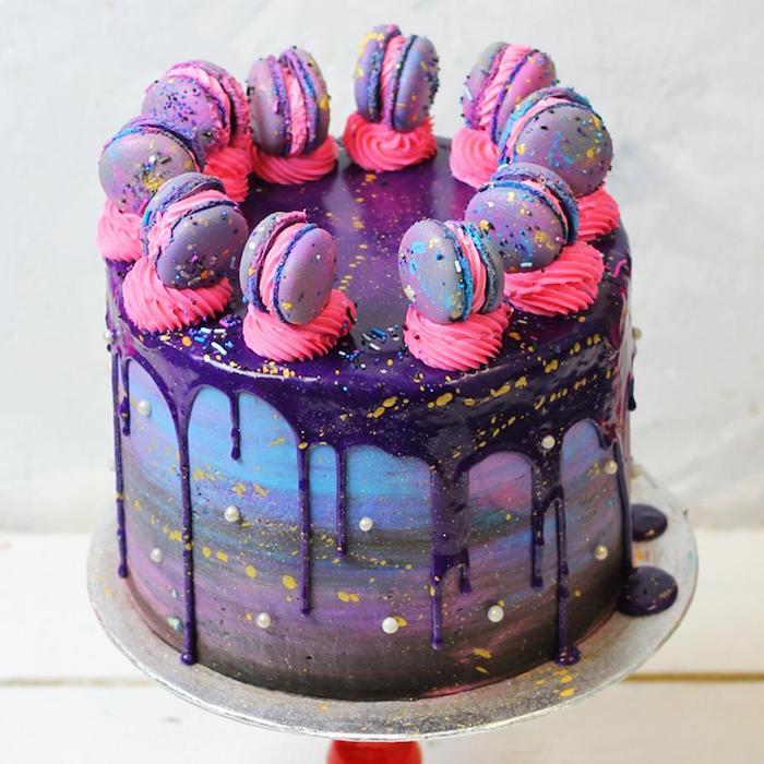 gateau galaxie original décoré de macarons colorés motif galaxie et glaçage miroir violet à touches dorées