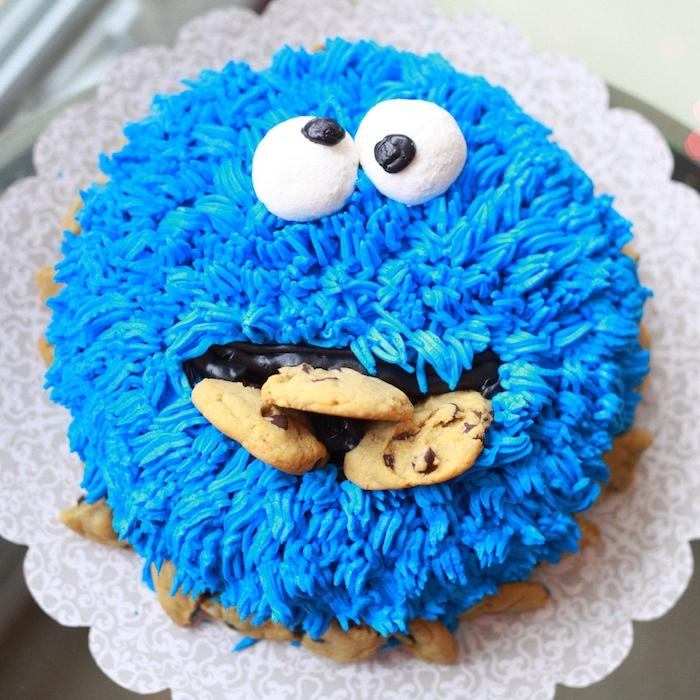 gateau cookie monster macaron le glouton gateau texturisée de creme au beurre bleu, des yeux mobiles comestibles et cookies dans la bouche