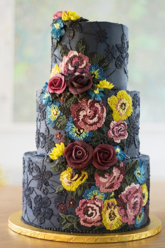 modele de gateau de mariage original broderie fleurs colorées sur fond noir, art d ela patisserie avec creme au beurre