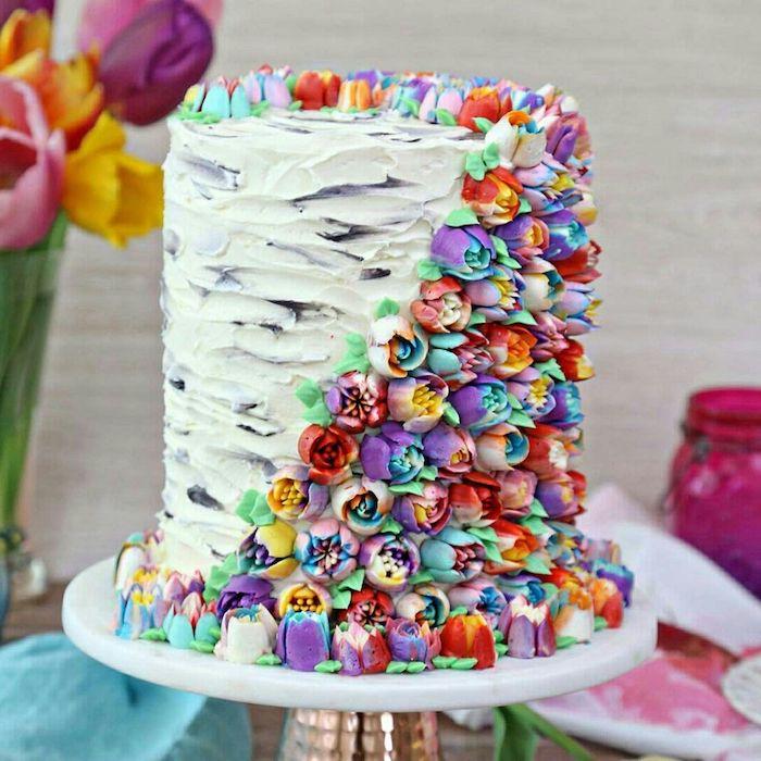 exemple gateau idee original avec decoration de tulipes colorées en creme au beurre, gateau d anniversaire 50 ans original