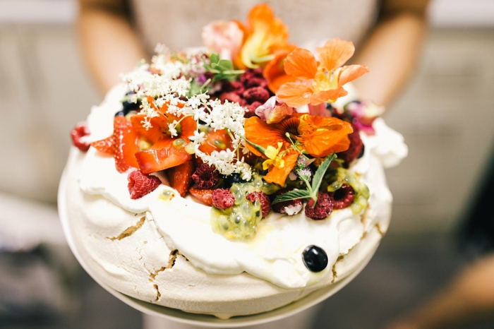 gateau-originale-gâteaux-originaux-un-gâteau-original-pavlova-avec-fruits-bien-arrangées