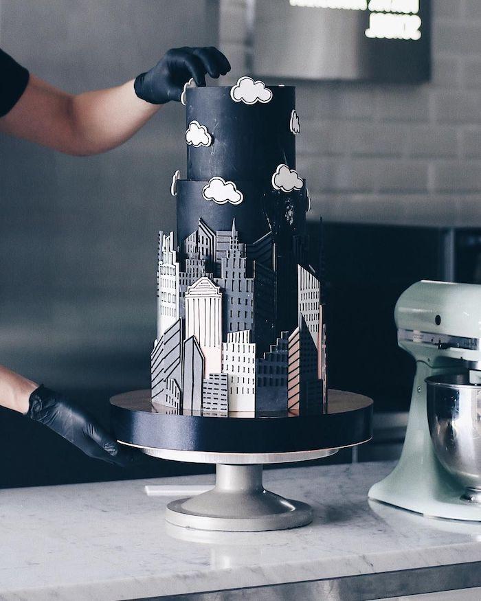gateau anniversaire adulte homme avec pâte à sucre noire décorée de plaques de sucre imitation batiment
