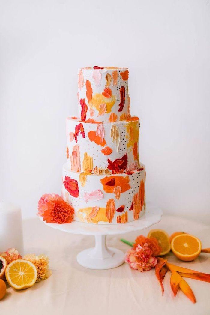 touches de crème abstraites de couleur orange, rose, rouge et jaune sur fond creme blanche, deco gateau style tropical