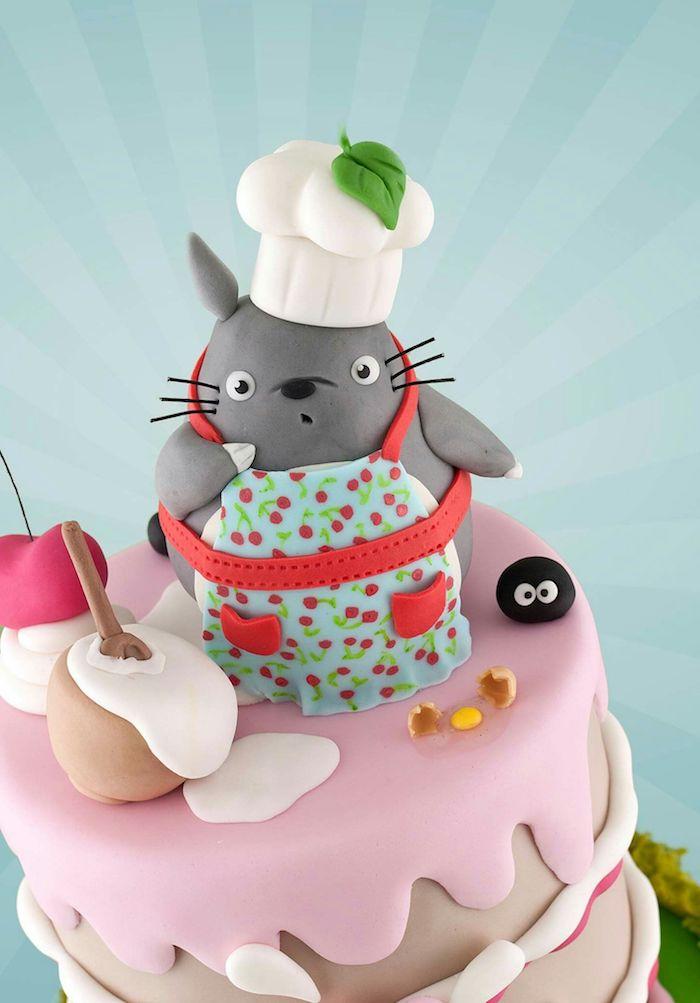 exemple gateau anniversaire enfant inspiré du personnage de totoro, figurine totoro en pate à sucre et couches de pate à sucre pour habiller le gateau