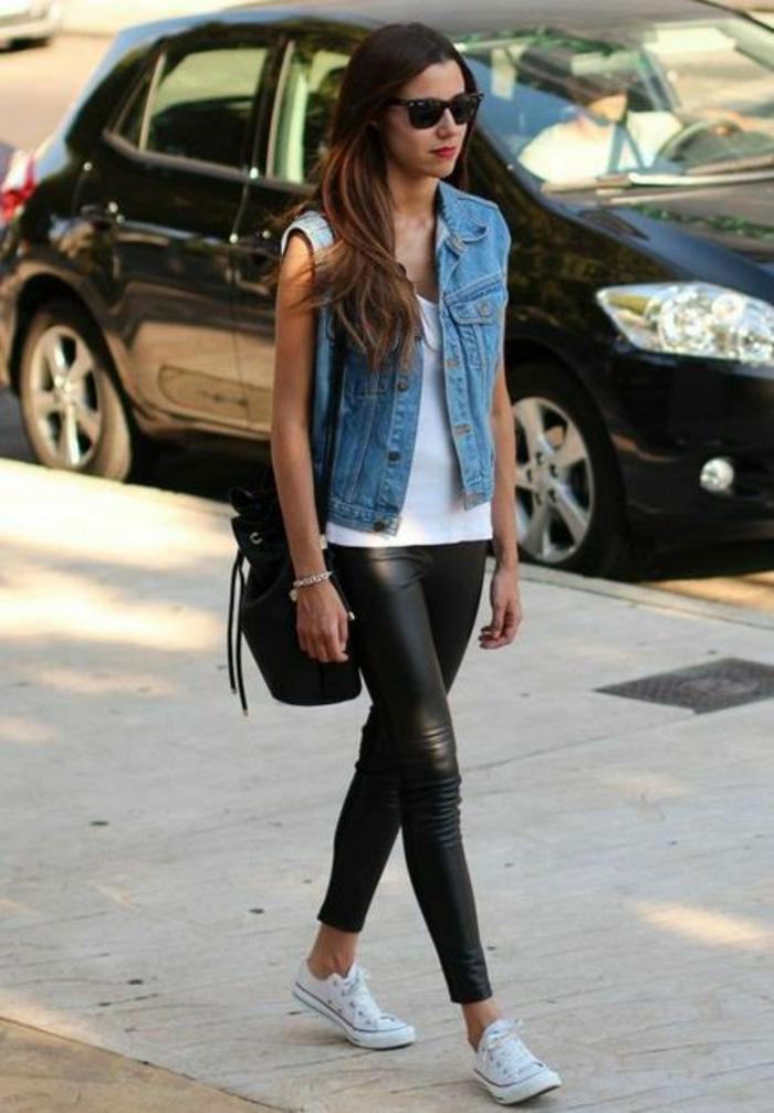 gilet-en-jean-top-blanc-baskets-legging-simili-cuir