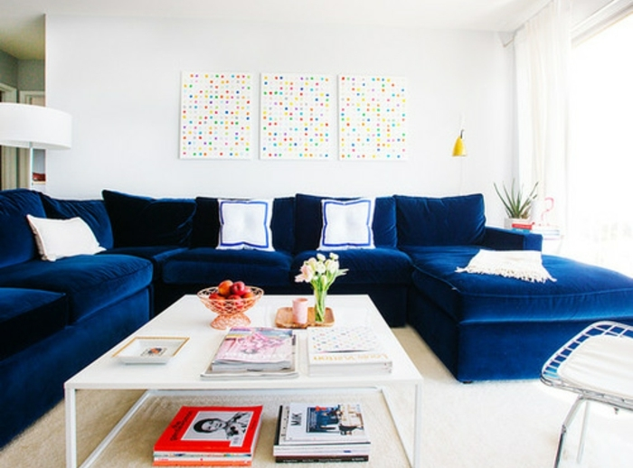 grand-canapé-indigo-couleur-peinture-mur-blanc-table-basse-blanche-coussins-blancs-exemple-comment-amenager-un-salon-moderne