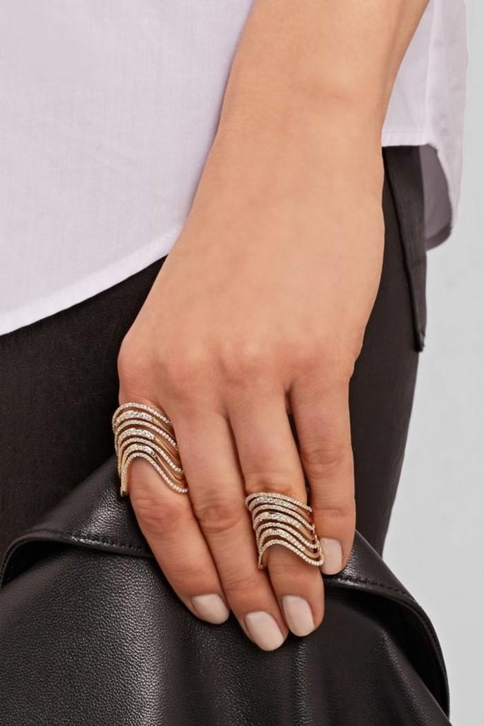jolie joaillerie sertie de cristaux, grosse bague de phalange combinée avec un anneau identique