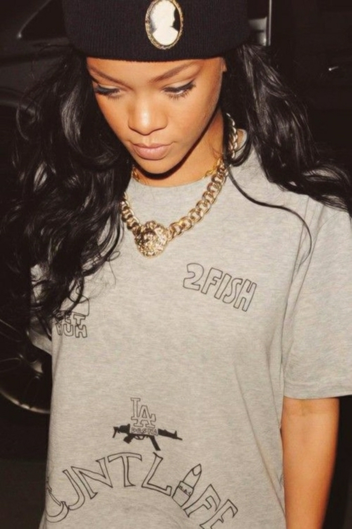comment etre swag, Rihanna, t-shirt gris, collier en or