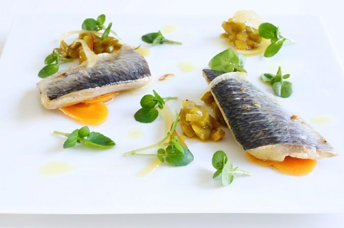hareng, plat de poisson, convenable les gens souffrant d'anémie, idée aliments riches en fer pour lutter contre la carence en fer, carottes