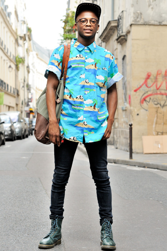 chaussures dr martens chemise manche courte chemisette bleu fantaisie pour un look année 90