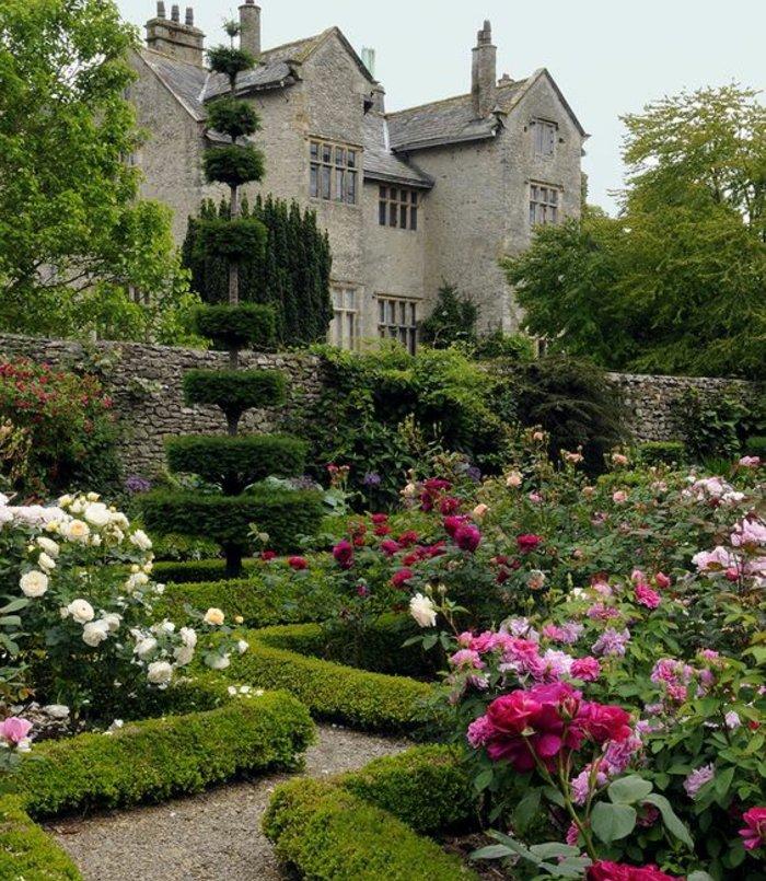parterre fleuri, roses blanches, rose et rouges, buis, jardin adjacent à un vieux château, decoration exterieur romantique