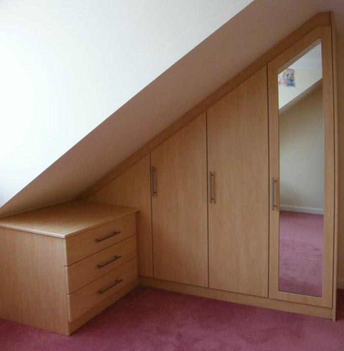 meuble sous comble en bois, armoire sous pente à différents niveaux, placard, miroir intégré dans une armoire