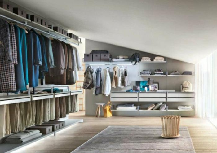 idée dressing sous pente, penderie, plusieurs étagères et tiroirs, boites de rangement, une idée comment aménager un grand dressing
