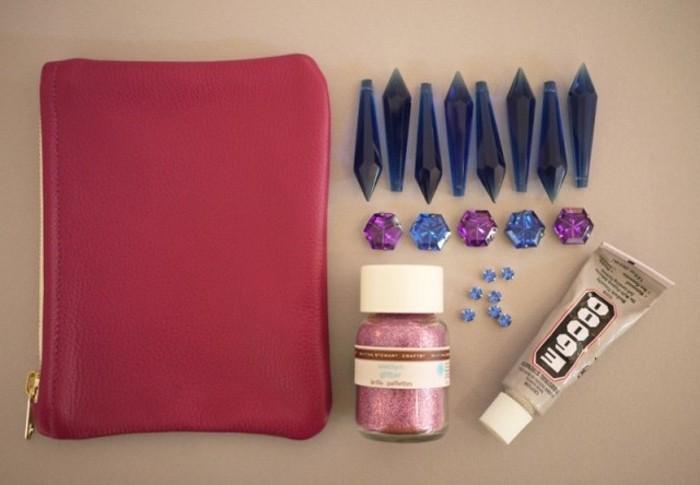 idée-comment-customiser-une-diy-pochette-matériaux-nécessaire-pour-embellir-une-pochette-femme-accessoire