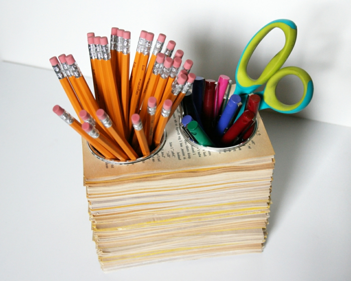 idée-comment-recycler-du-papier-rangement-pour-crayons-dans-des-pages-livres-comment-faire-un-pot-a-crayon