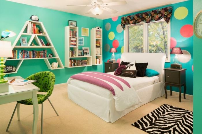 chambre turquoise, étagère forme lettres, cercles multicolore, papier peint chambre d'enfant