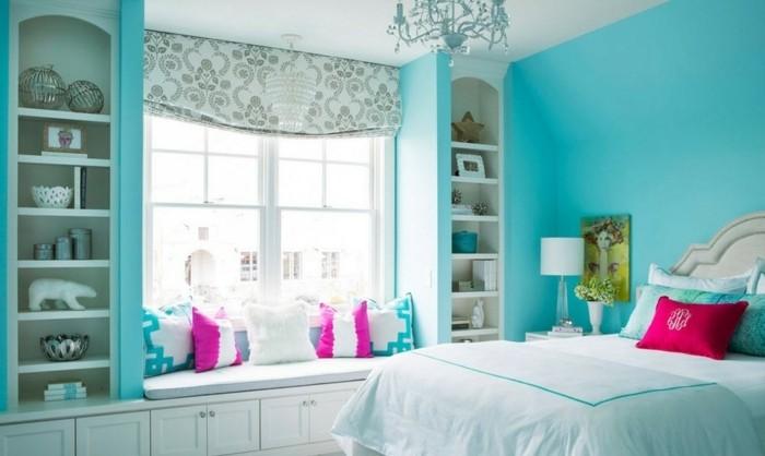 chambre turquoise, lustre en cristaux, coussins rose, statuette, murs turquoises