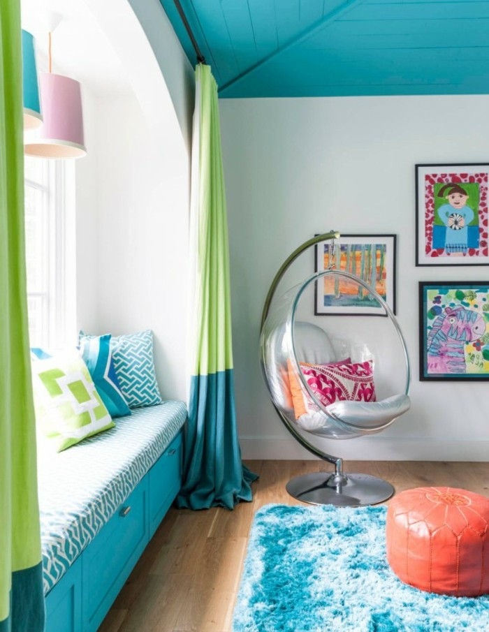 chambre turquoise, parquet en bois, banc sous la fenêtre, pouf rouge