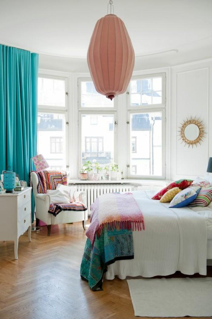couleur chambre parental, fauteuil blanc, couverture ethnique, rideaux turquoise