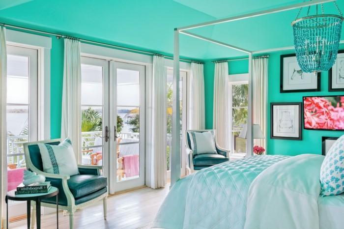chambre turquoise, vue sur la mer, fauteil en cuir et bois, plafond turquoise