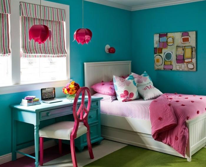 chambre turquoise, chaise en bois, couverture de lit rose, stores multicolores, murs turquoises