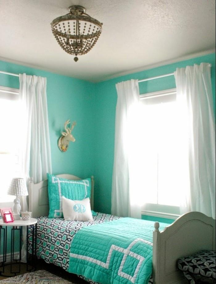 chambre turquoise, tapis multicolore, rideaux blancs, lampe de chevet, couverture de lit turquoise