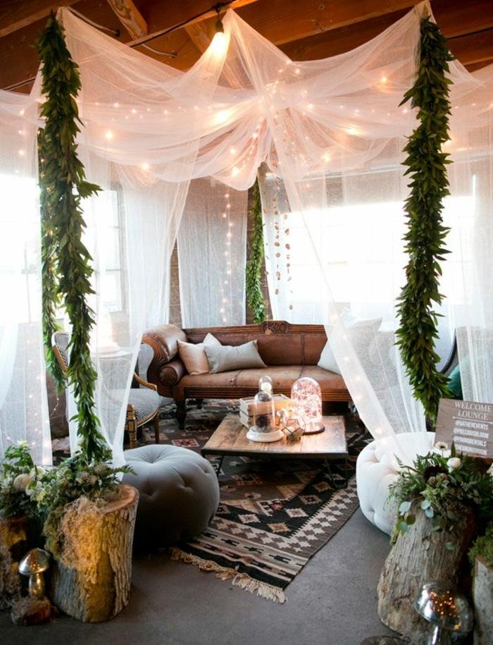 salon cocooning, décoration à baldaquin, plafond avec poutres en bois, guirlandes lumineuses, poufs