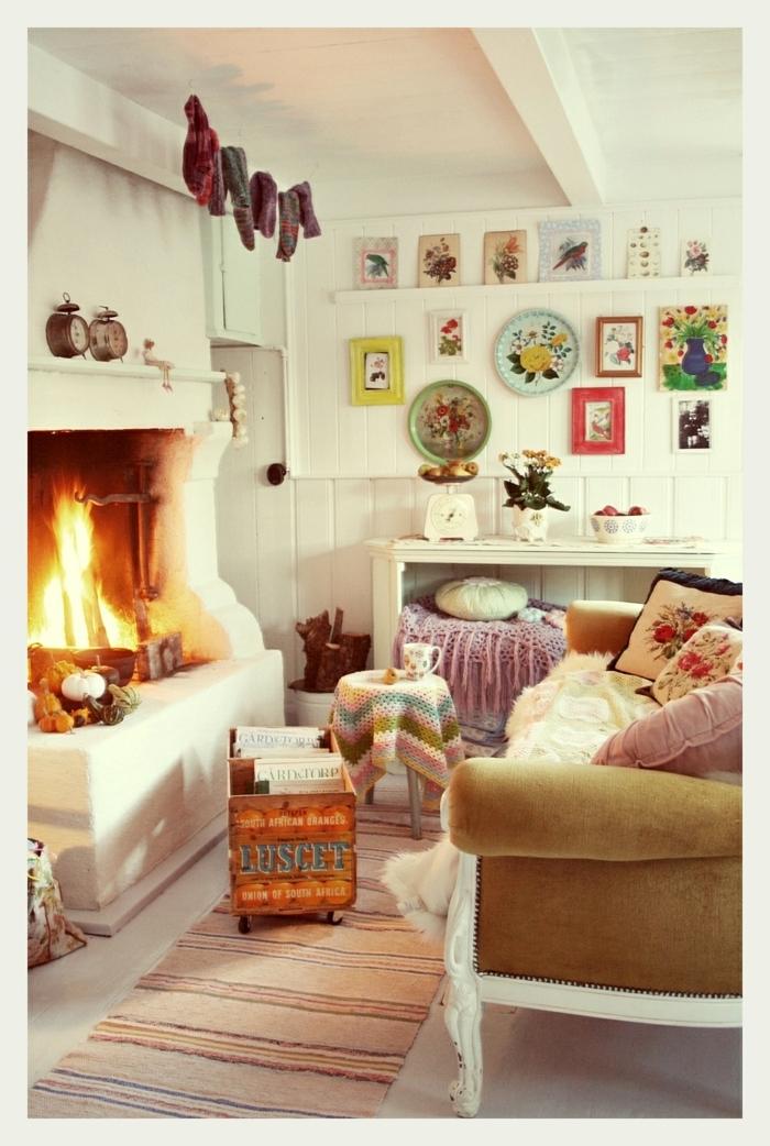 décoration intérieure salon, cheminée allumée, tapis beige, plafond blanc, coussins décoratifs à motifs floraux