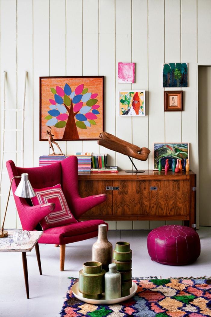 aménager son salon, fauteuil rose foncé, tapis multicolore, murs blancs, armoire en bois
