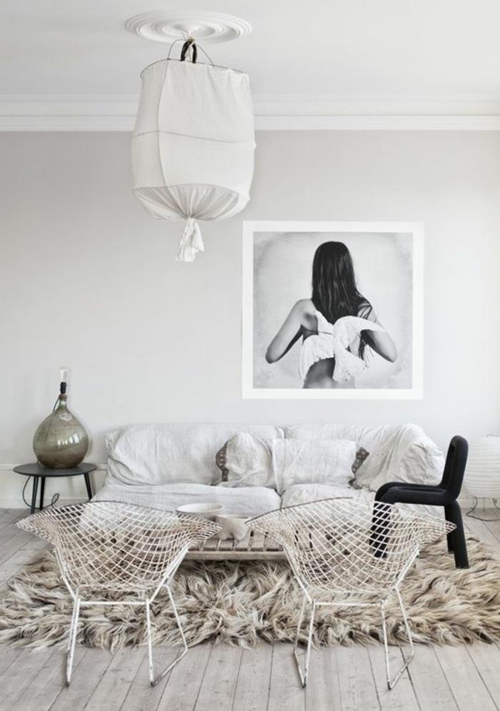 amenagement salon, tapis en fausse fourrure, murs blancs, photo blanc et noir, chaise noire