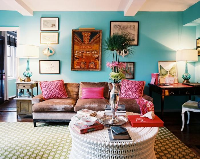décoration intérieure salon, tapis blanc et vert, mur turquoise, canapé marron, coussins rose