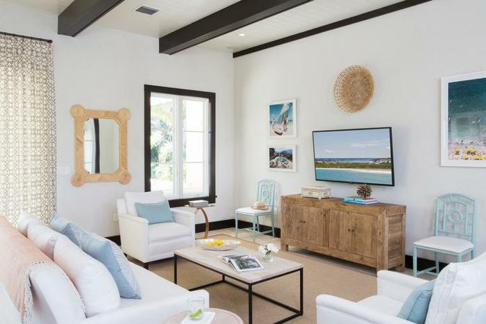 aménager son salon, tapis beige, rideaux longs, canapé blanc, plafond avec poutre en bois